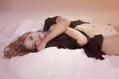 Νέα γυναίκα Lingerie που βρίσκεται στο σπορείο Στοκ φωτογραφίες με δικαίωμα ελεύθερης χρήσης