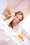Νέο ευτυχές χαμογελώντας κορίτσι κοκετών lingerie Στοκ φωτογραφία με δικαίωμα ελεύθερης χρήσης