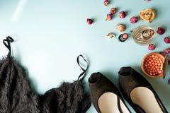 Lingerie de dentelle de noir de vue supérieure Ensemble d'accessoire et de sous-vêtements essentiels de femme sur la configuratio image stock
