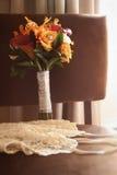 Lingerie de ringand de mariage avec le bouquet sur la chaise Images stock