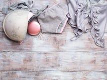 Lingerie grise de femme réglée sur le fond en bois Images libres de droits