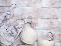 Lingerie grise de femme réglée sur le fond en bois Images stock