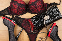 Lingerie, schoenen en zak die op het laminaat liggen Royalty-vrije Stock Fotografie