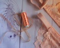 Lingerie sous-vêtements de dentelle du ` s de femmes avec un buste et culottes sur le foyer mou de fond blanc en bois Images libres de droits