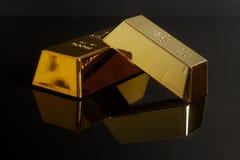 Lingot d'or sur le fond noir photo libre de droits
