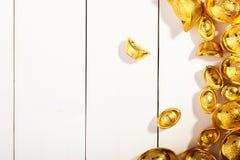 Lingote chino del oro en fondo de madera del thite Fotografía de archivo libre de regalías