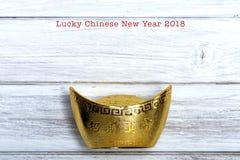 lingote chino del oro en la madera blanca Imágenes de archivo libres de regalías