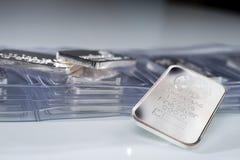 Lingote de plata que pesa una onza troy fotografía de archivo
