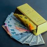Lingote do lingote da barra de ouro na perspectiva das contas do d?lar e do euro imagem de stock royalty free