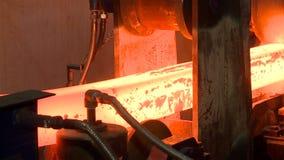 Lingotes de acero calientes en transportador Proceso del bastidor de la fundición almacen de metraje de vídeo