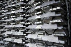 Lingotes de alumínio crus fotografia de stock