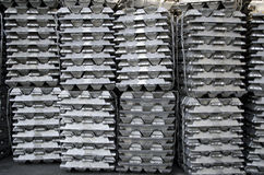 Lingotes de alumínio crus fotos de stock royalty free