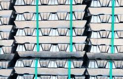 Lingotes de aluminio crudos fotos de archivo