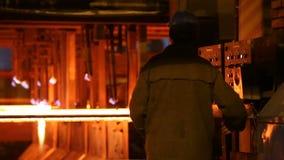 Lingotes de a?o no corte de tocha Indústrias siderúrgicas enormes vídeos de arquivo