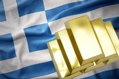 Lingotes de oro brillantes en la bandera de Grecia Fotos de archivo libres de regalías