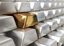 Lingotes de plata con uno de oro Fotos de archivo libres de regalías
