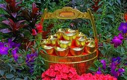 Lingotes del oro del shui del feng y pote chinos de la riqueza Foto de archivo libre de regalías