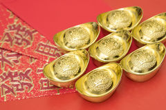 Lingotes del oro en el sobre rojo de China en el Año Nuevo chino Fotos de archivo