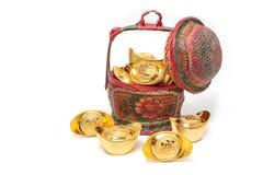 Lingotes del oro en la cesta de bambú china, festival chino c del Año Nuevo Foto de archivo libre de regalías