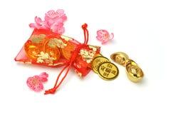 Lingotes e moedas do ouro no saquinho vermelho Foto de Stock Royalty Free