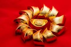 Lingots chinois d'or sur le fond rouge traduction des textes Photo stock