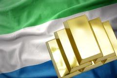 Lingots d'or brillants sur le drapeau de la Sierra Leone Images stock
