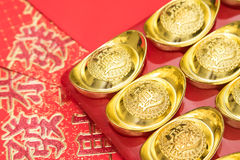 Lingots d'or sur l'enveloppe rouge de la Chine par nouvelle année chinoise images stock