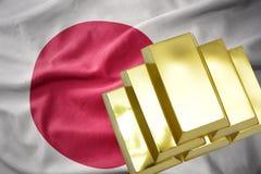 Lingotti dorati brillanti sulla bandiera del Giappone Immagini Stock