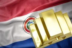Lingotti dorati brillanti sulla bandiera del Paraguay Fotografie Stock Libere da Diritti