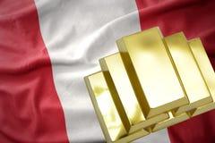 Lingotti dorati brillanti sulla bandiera del Perù Fotografia Stock