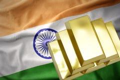 Lingotti dorati brillanti sulla bandiera dell'India Immagini Stock Libere da Diritti