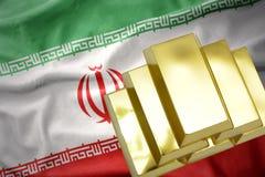 Lingotti dorati brillanti sulla bandiera dell'Iran Immagine Stock Libera da Diritti