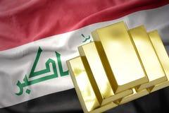 Lingotti dorati brillanti sulla bandiera dell'Iraq Immagini Stock Libere da Diritti