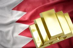 Lingotti dorati brillanti sulla bandiera della Bahrain Immagine Stock
