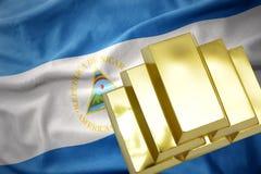 Lingotti dorati brillanti sulla bandiera della Nicaragua Fotografie Stock