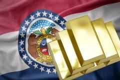 Lingotti dorati brillanti sulla bandiera dello stato del Missouri Fotografia Stock Libera da Diritti