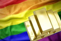Lingotti dorati brillanti sulla bandiera gay dell'arcobaleno Fotografie Stock