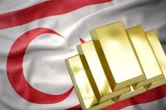 Lingotti dorati brillanti sulla bandiera nordica della Cipro Fotografia Stock