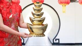 Lingotto cinese dell'oro del nuovo anno con la media del testo di benedizione felice Fotografia Stock