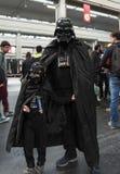 04-18-2015 Lingotto Fiere en Turín, Italia, cosplayers de Darth Vader de Star Wars imagenes de archivo