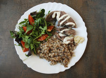 Lingua della carne di maiale con le verdure e un'insalata verde Fotografia Stock Libera da Diritti