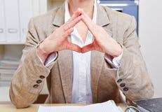 Linguagem corporal da mulher no escritório fotos de stock royalty free