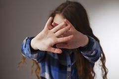 Linguaggio del corpo di gesto del segno della mano di arresto di rappresentazione della ragazza, gesti, ps Immagine Stock Libera da Diritti