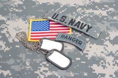 Linguetta del guardia forestale dell'ESERCITO AMERICANO con le medagliette per cani in bianco sull'uniforme del cammuffamento Fotografie Stock
