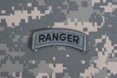 Linguetta del guardia forestale dell'ESERCITO AMERICANO sull'uniforme del cammuffamento Fotografia Stock