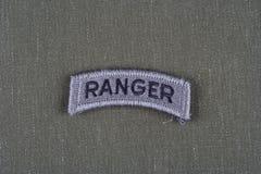 Linguetta del guardia forestale dell'ESERCITO AMERICANO sull'uniforme di verde verde oliva Fotografie Stock Libere da Diritti