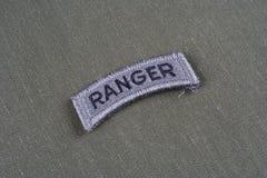 Linguetta del guardia forestale dell'ESERCITO AMERICANO sull'uniforme di verde verde oliva Immagini Stock