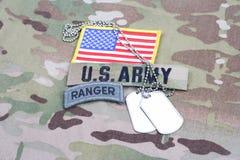 Linguetta del guardia forestale dell'ESERCITO AMERICANO, toppa della bandiera, con la medaglietta per cani sull'uniforme del camm Immagini Stock