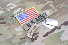 Linguetta del guardia forestale dell'ESERCITO AMERICANO, toppa della bandiera, con la medaglietta per cani sull'uniforme del camm Fotografie Stock Libere da Diritti