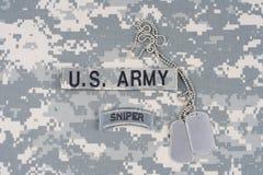 Linguetta del tiratore franco dell'ESERCITO AMERICANO con la medaglietta per cani sull'uniforme del cammuffamento Immagini Stock Libere da Diritti